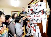 日本阿公製做的2公尺高鋼彈紙模型展出,並提供相關的團體免費租借