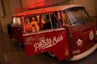 攝影師改裝古董福斯麵包車變身派對