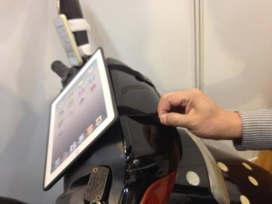 邊騎機車邊用iPad 真的有這個需求