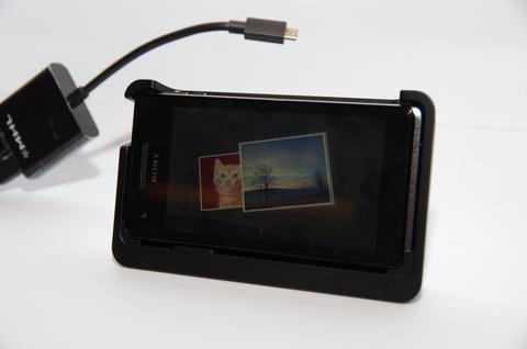 Sony Mobile 美型防水機再度遇上弧形美背, Xperia V/VC 登場
