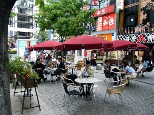 一束鮮花故事再現!小小的露天咖啡座讓混亂的街道煥然一新