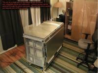 苦命老爸為了寶貝兒子讓出房間,自已改用IKEA廚具改造的「行動辦公室」