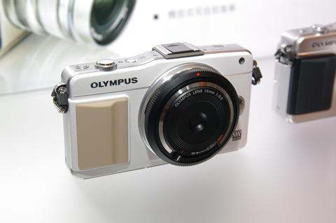 Olympus 發表 60mm 微距鏡以及 15mm 超薄定光圈玩具鏡