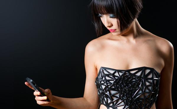 這件 3D 衣服會隨著你上網越多越透明, 再不停止就會… [動圖+影片]