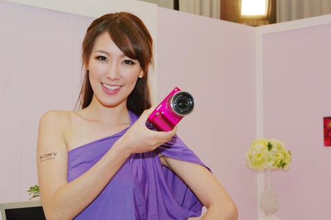 大仁哥的自拍小桃紅, Sony NEX-F3 在台正式發表