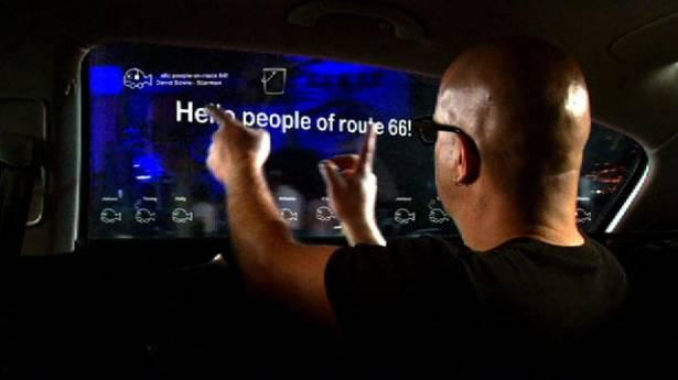 GM 想像出未來後座窗戶的互動娛樂系統