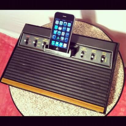 這是個很好的iPhone基座的創意,使用懷舊遊戲主機來改造