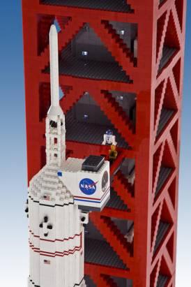 以樂高拼成阿波羅11號計畫中的土農神五型多級火箭,高5公尺76