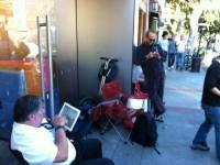Apple 員工編號第一號,第一個拿到 iPhone 4S 也是很合理的(親自排隊買)