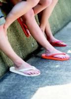 人字拖比高跟鞋傷腳 別常穿