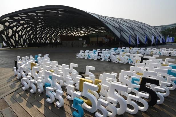 三星 Galaxy S5 的台灣正式發表會玩很大,把花博彩蝶館變成巨大驚嘆號了