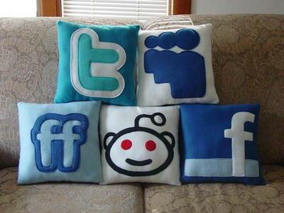[推薦] 抱起來好安心的社交網站logo枕...怎麼沒有噗浪?