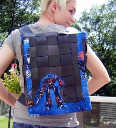 強者美國朋友用安全帶弄個變形金剛背包出來