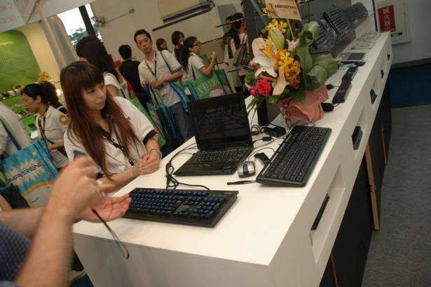 Computex 2009:ione元聚推出有背光的機械式鍵盤,以及空中滑鼠