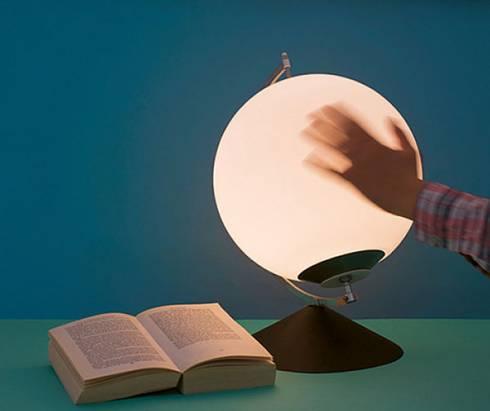 「轉動」地球的手  免插電桌燈