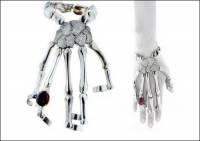 悚然而華麗的手骨珠寶,FENDI第四代傳人玩起歌德風