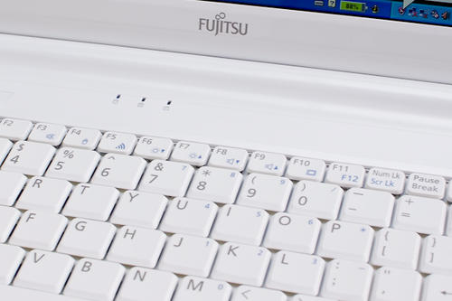Fujitsu搶眼輕省筆電M2010動手玩