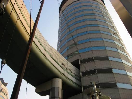 日本穿越大樓的高架道路出口
