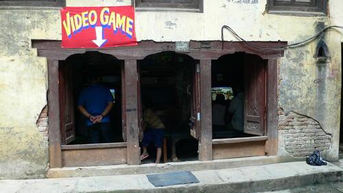 西藏也有3C店和電玩間!!
