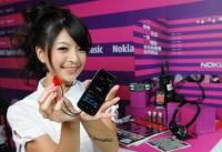 Nokia 5800 XpressMusic的...正妹店員...恩...還有抱枕