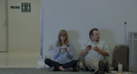 Samsung 新廣告諷刺 iPhone 續航力低,用家變「黏牆族」