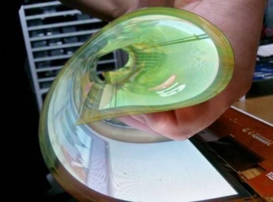 可捲成直徑 3 公分的圓筒! LG 展示 18 吋的可撓式 OLED 螢幕