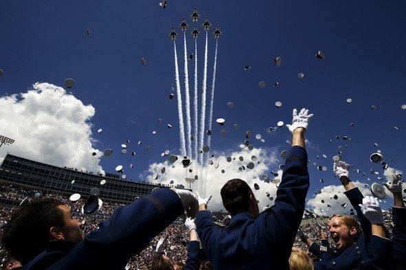 空中亂舞:在戰機上拍攝戰機劃過長空