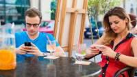 邊玩手機邊用餐時間延長近 8 成 餐廳頭痛