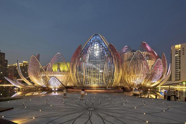 開在湖泊上的華麗巨型蓮花建築