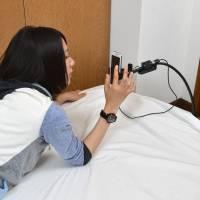 給晚上睡覺就是會滑手機的朋友,這個產品能夠幫你減輕一些手機使用上的負擔