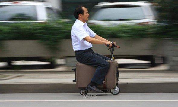 對岸農民花 10 年製作 電動載人行李箱