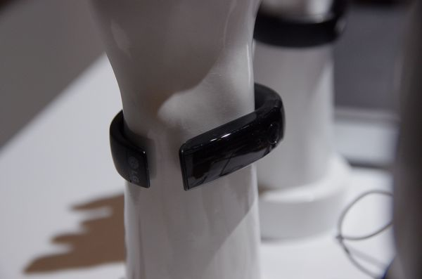 CES 2014 : LG 進軍智慧穿戴設備,宣布推出 Lifeband Touch 智慧腕帶與心跳偵測耳機