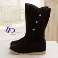《LD image》甜蜜指標 mini磁釦悠躍絨質內增高中靴_悄黑