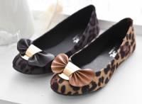 《AngelGift》 韓風性感豹紋蝴蝶結扣飾平底包鞋 共二色