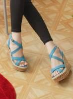 《Moscova》百搭夏款。素面交叉設計厚底楔型鞋-藍色