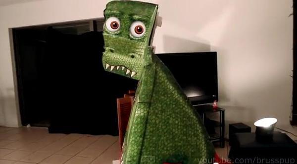媽!有一隻恐龍一直盯著我瞧,走近問他有事嗎又假裝一付沒在看的樣子…