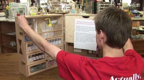 讓人想起過去理化實習課時光的迷你化學實驗室