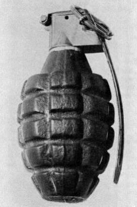 一圖解釋手榴彈為何過幾秒才爆炸的原因