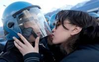這真的是愛與和平之吻?相片中女大學生被指性侵犯