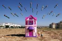 透過玩具,拍製出戰區孩子們對戰爭的描繪