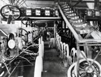 福特汽車滿一百週年了,導入流動式的生產線改變整個汽車工業