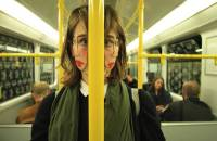 臉部錯畫的奇異藝術表現,足以嚇倒人的雙面怪妞