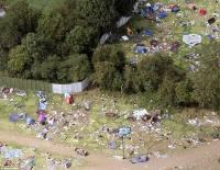 人山人海留下滿山滿谷的垃圾:音樂節過後攝影