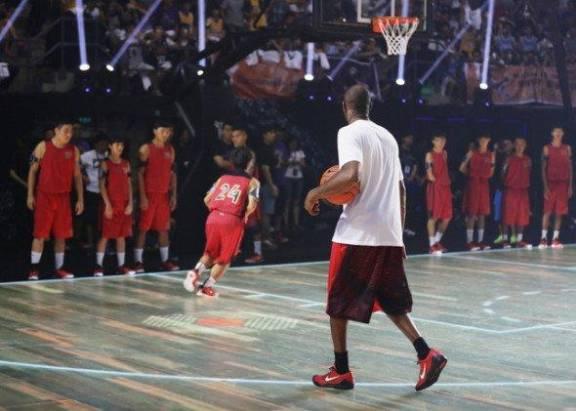 全球首個 LED 地板籃球賽 可發光及追蹤球員動態