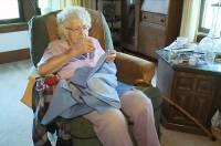 99 歲老奶奶每天縫一件衣服,送給非洲的小朋友