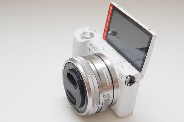 介於 A5000 與 A6000 的進階機種,搭載觸控螢幕的 Sony A5100 正式在台發表