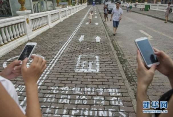 參照美國,全中國首條「低頭族」專用行人路