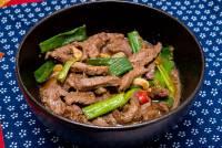[宅男大主廚] 電磁爐也能玩快炒!入門級超簡單菜色:蔥爆牛肉
