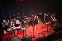 MIDI 音樂鍵盤 Xkey 登上妮可醬樂團舞台,結合科技時事成為最新創作素材