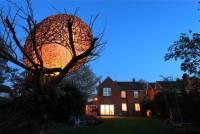 枯萎櫻桃樹上的美麗鳥巢型編織樹屋